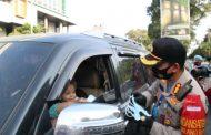 Polresta Malang Bagikan Masker Kepada Pengedara Bermotor