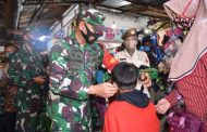 Petugas Gabungan di Mojokerto Bagikan 5ribu Masker