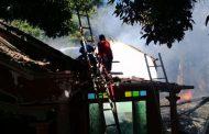 Dua rumah ludes diamuk Si Jago merah di Dusun Patek timur   Desa Duwet Panarukan Situbondo.