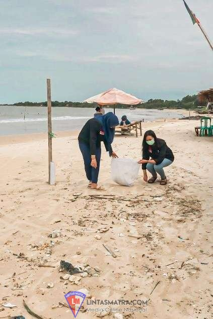 KELOMPOK 16 PMM UMM Lakukan Penanaman Pohon Cemara Dan Bersih Pantai, Guna Menciptakan Lingkungan yang Bersih dan Lestari di Pantai Tlangoh Sehingga  Menarik Wisatawan Luar Daerah