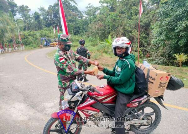 Satgas 512/QY Bagi-Bagi Makanan di Hari Kemerdekaan