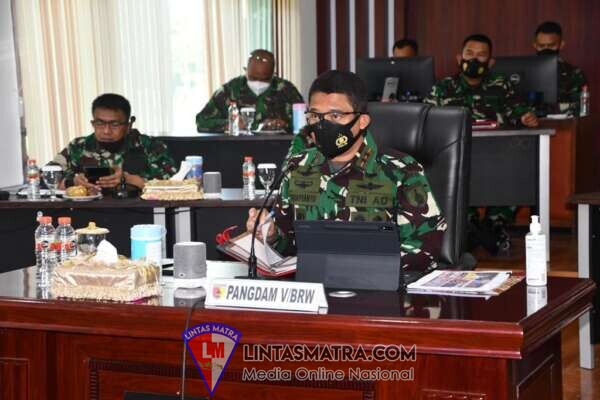 Vicon Bersama Pangdam Brawijaya, Panglima TNI Evaluasi Penanganan Covid