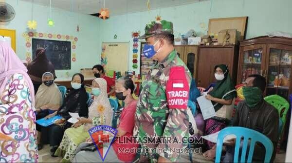 Babinsa Koramil Pabean Cantian Dampingan Pembagian Dana BLT dari Pemkot Surabaya